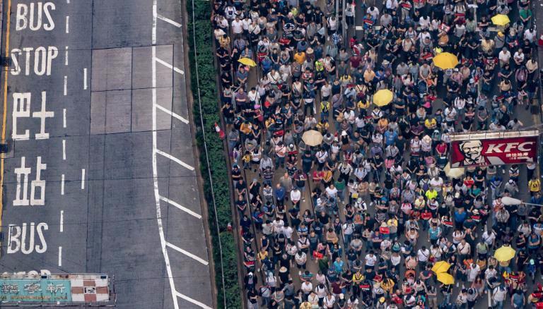 Натовп активістів