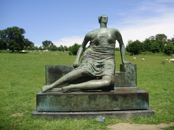 Фото: flickr. Генрі Мур, жінка, що сидить на зав'язі.
