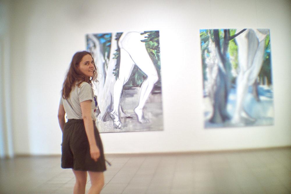 Леся Хоменко на фоні своєї роботи «Дача Вернадського», 2017