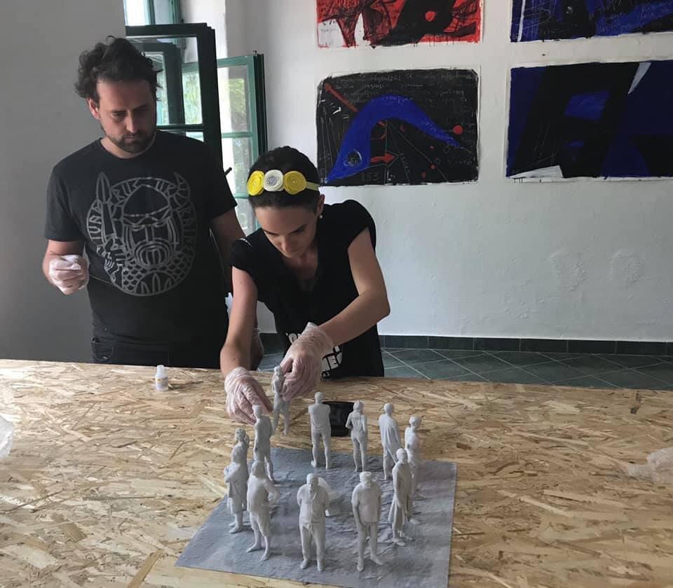 Їржі Пец та Павла Нікітіна монтують «Було» в музеї партизанів м. Гірський Морин (Чорногорія)