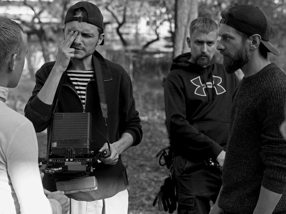 Режисер Роман Хімей з оператором Сашою Рощиним на зйомках тизеру