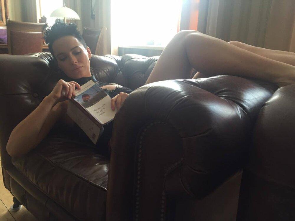 Даша Астаф'єва з книжкою Костянтина Дорошенка. Фото: Ганна Гурбан