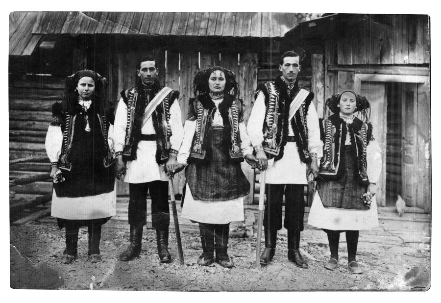 Гуцули коло хати, 1929. З колекції Ганнусі Ванжурак, смт Верховина.