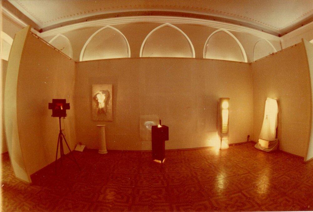 Експозиція виставки «Свет из Тьмы», «ТИРС», 1994, надано МСМО